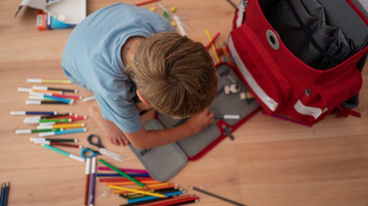 Costă mii! De câți bani au nevoie moldovenii pentru a cumpăra copiilor ghiozdane, uniforme, caiete și creioane colorate