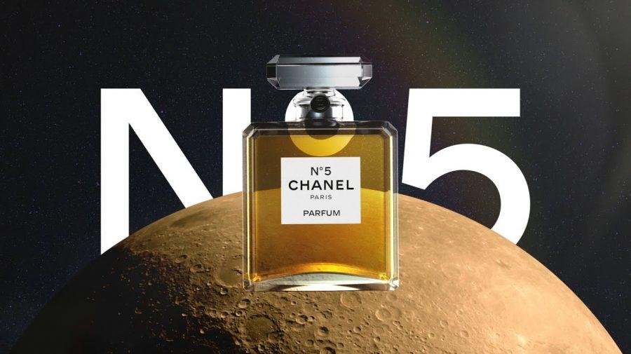 Un parfum Chanel N°5 este vândut la fiecare 30 de secunde. Cum reușește compania să facă față unei cereri atât de mari