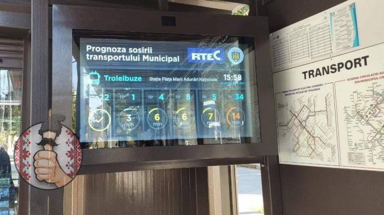 """""""Este un proiect pilot"""". Primarul Capitalei despre panoul electronic instalat la o stație de așteptare din Chișinău"""