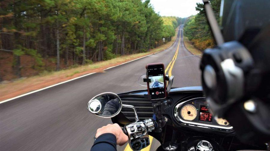ATENȚIE, utilizatori de iPhone-uri! Vibrațiile puternice ale motocicletelor pot cauza probleme smartphone-ului