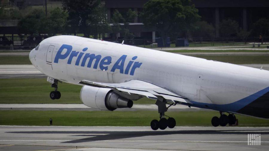 Cum îşi menţine Amazon dominanţa în America? Gigantul realizează 164 de zboruri zilnice