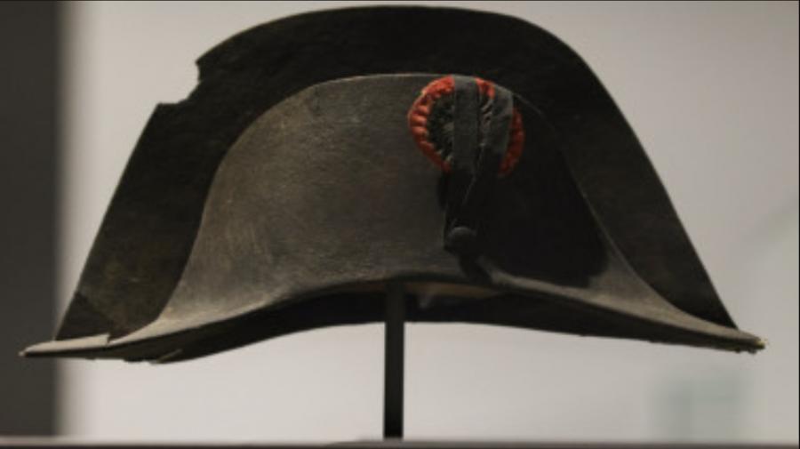 Se estimează la 175.000 euro! O pălărie purtată de Napoleon care are pe ea ADN-ul împăratului – scoasă la licitație