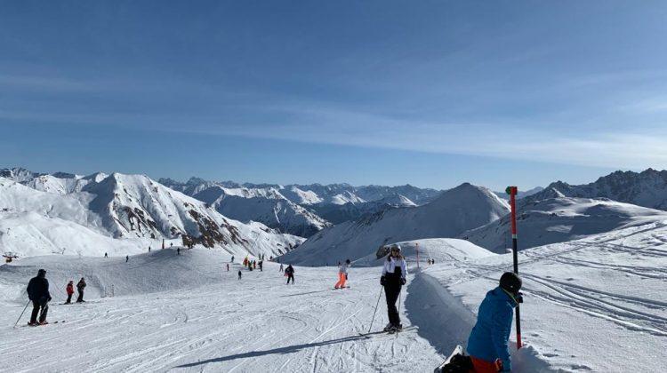 Stațiune celebră de schi, dată în judecată. Familia unui bărbat ce a murit de COVID cere despăgubiri de 100.000 de euro