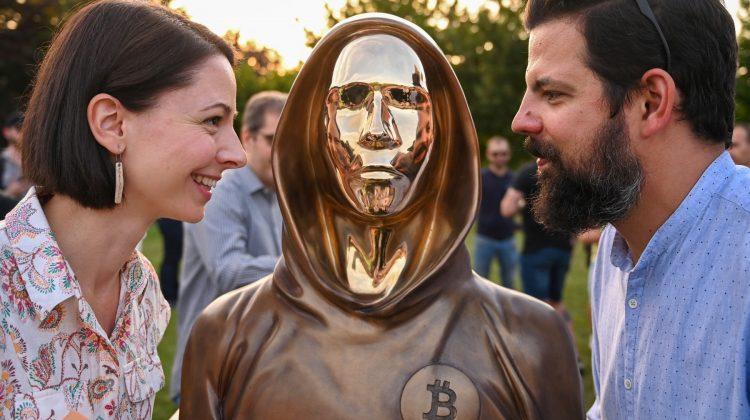 (FOTO) Inventatorul Bitcoin are statuie din bronz la Budapesta: El este zeul pieţei noastre