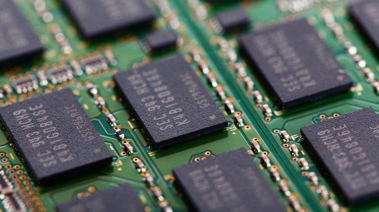Criza microcipurilor scumpeşte telefoanele și laptopurile. Cresc bugetele pentru serviciile grafice şi de mentenanţă IT