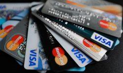 Tot mai mulți moldoveni aleg să achite cu cardul. Numărul plăților fără numerar a crescut cu 55,2%