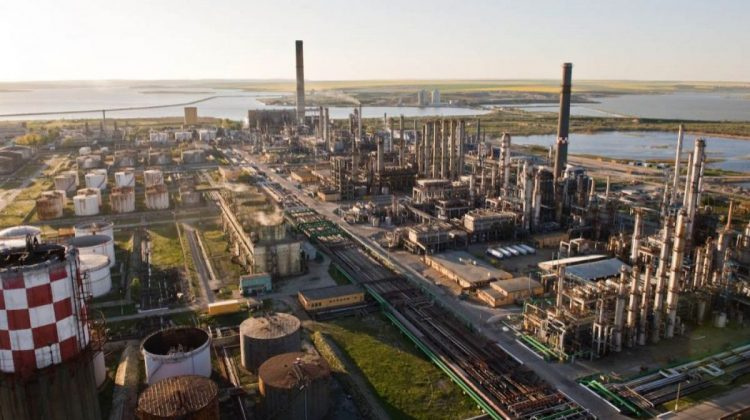Instalațiile de la cea mai mai rafinărie din România, care livrează carburanți și în Moldova, vor fi repornite