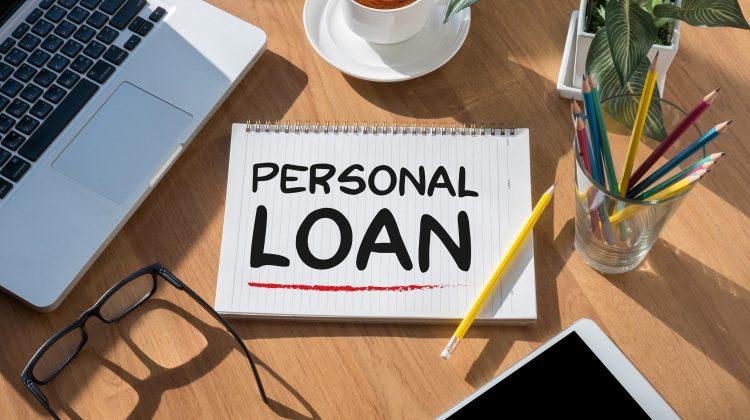 Moldovenii se înghesuie să ia credite. Cu cât s-au ieftinit împrumuturile