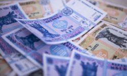 Moldovenii preferă banii cash și în criză și în boom. Câte miliarde au scos din bancomate